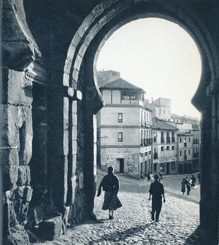 Vista desde el interior de la Puerta del Sol de Toledo en la primavera de 1955. Fotografía de Cas Oorthuys © Nederlands Fotomuseum, Rotterdam