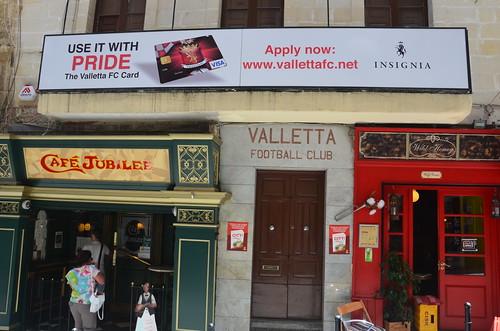 Mittelmeer Cafe, Fußballverein und englischer Pub auf einem Foto