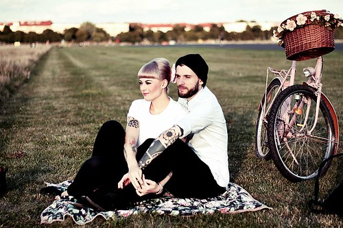 LOVE_BERLIN_COUPLE_FUN_TEMPELHOFER_FELD_PÄRCHEN_SPASS_TATTOOS_VINTAGE_FAHRRAD_BIKE_ROSA_FLOWERS_WHITE_HAIR_PIN_UP_50S_MAKEUP (14) | by microphoneheart