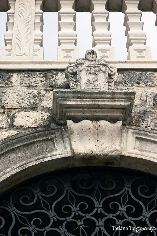 Герб на входом