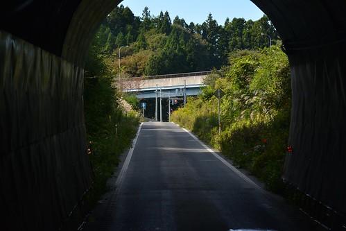 トンネルを抜けるBRT道路