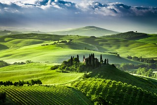 Beautiful sunrise in the valley of San Quirico d Orcia | by Yosika ( happyholiday.travel )