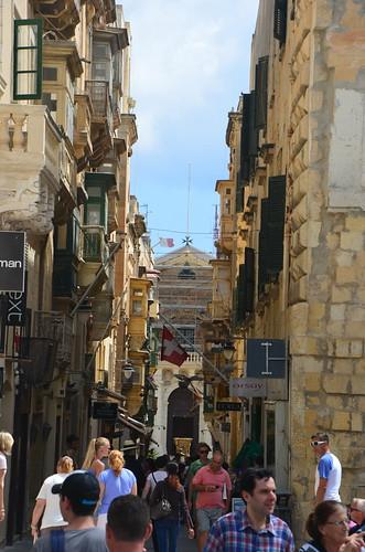 Blick auf die Kirche in der Fußgängerzone von Malta