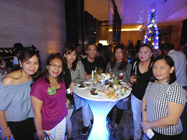 DavaoLife.com : A Beautiful Blue & Silver Themed Christmas Tree Lights Up at SEDA Abreeza photo by Ian Garcia