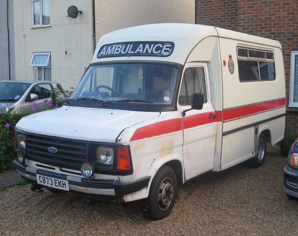 Ambulance word begeleid door een politie auto - YouTube