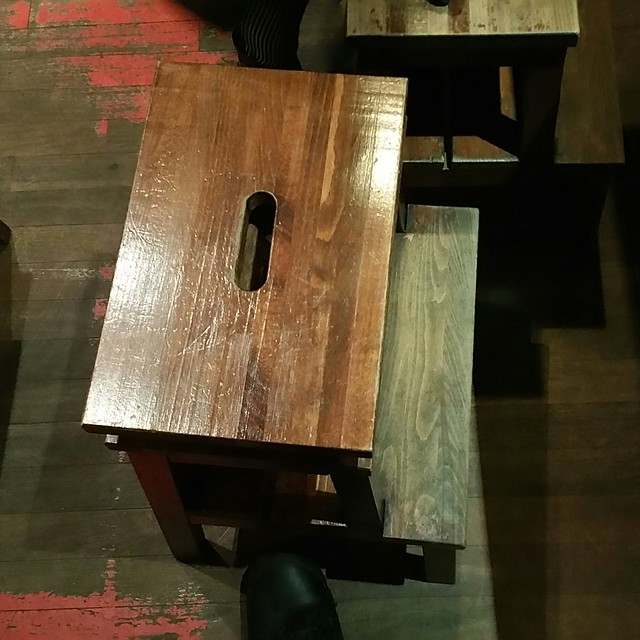 2016-Nov-25 - Motomachi Shokudo - stool with shelf to put your purse
