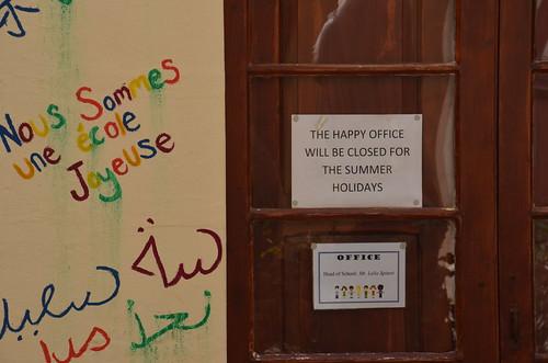 Blick in einen Schulhof von Victoria mit geschlossenem 'happy office'