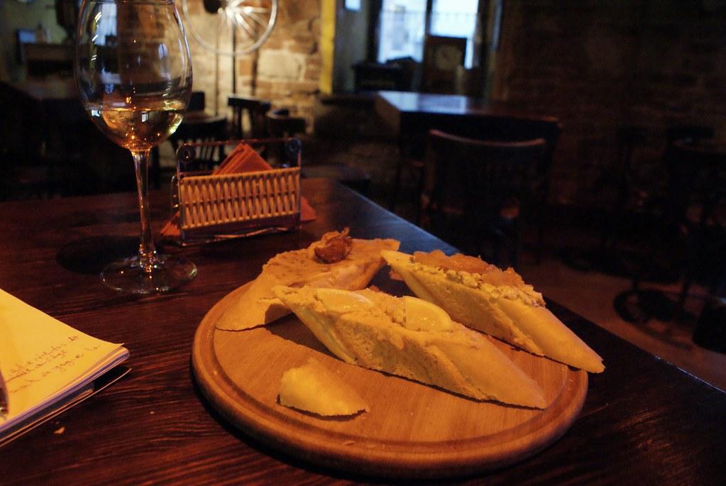 Tartines de pain et de fromage, paté et poisson.