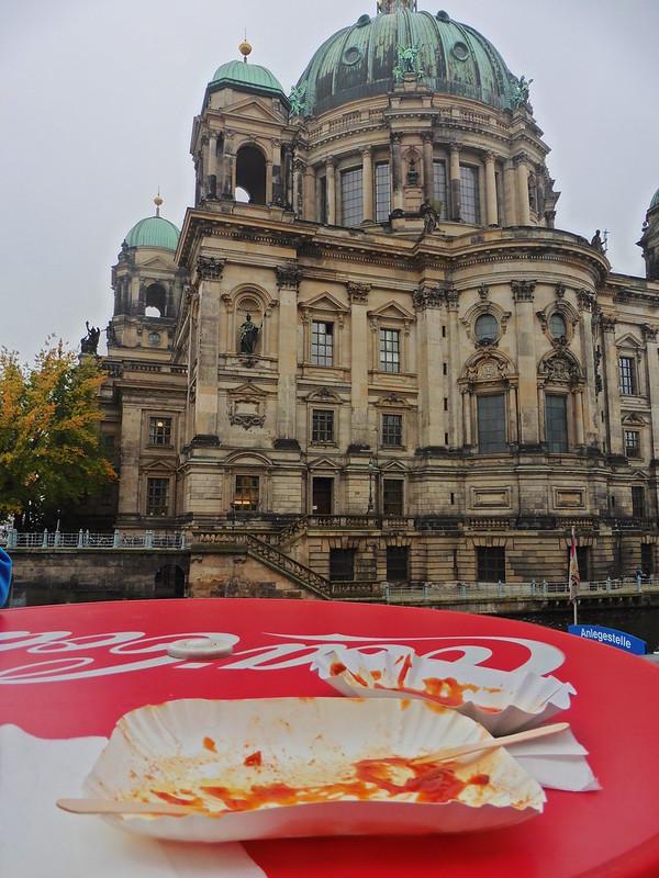 Berliner Dom mit Aussicht auf leere Currywurstteller