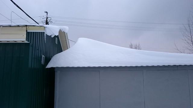 Snowdrift on roof // Сугроб на крыше