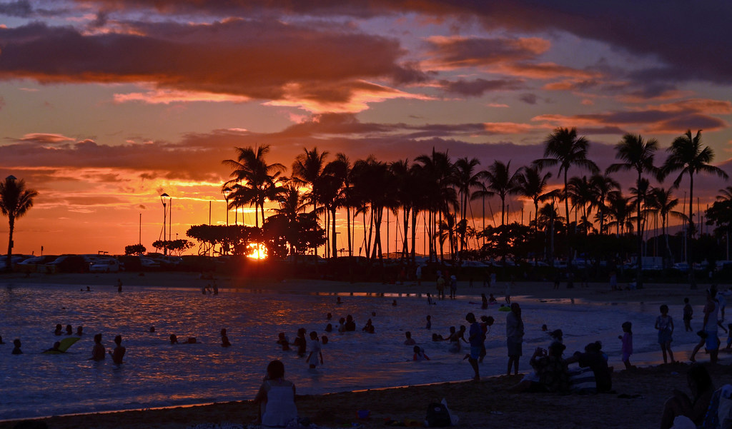 Sunset Over Waikiki Beach Honolulu Sunset Over Waikiki Be