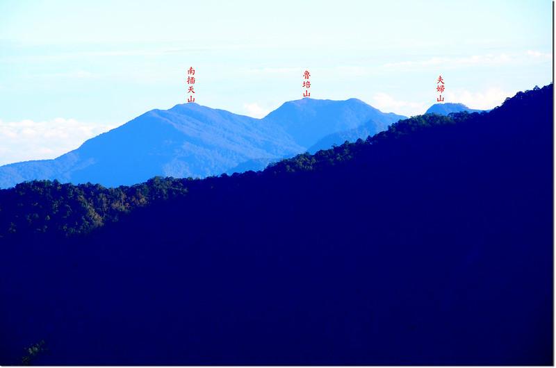 鎮子堡山東北眺南插天山、魯培山、夫婦山