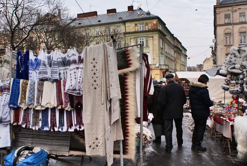 Marché aux puces et à l'artisanat près de l'Opéra à Lviv.