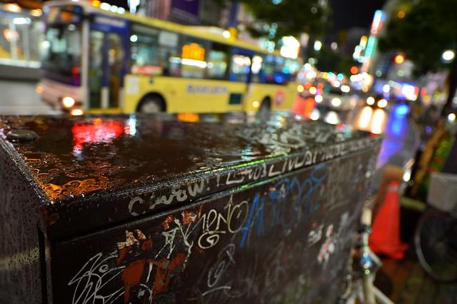 黄色いバスと雨と落書き