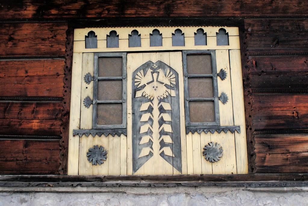 Fenêtres sculptées sur la rue Koscielnik à Zakopane.