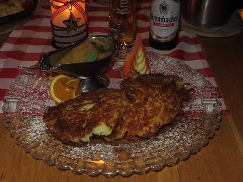 """Kartoffelpuffer mit Apfelkompott (im Restaurant """"Gartenlaube"""" in Marburg)"""