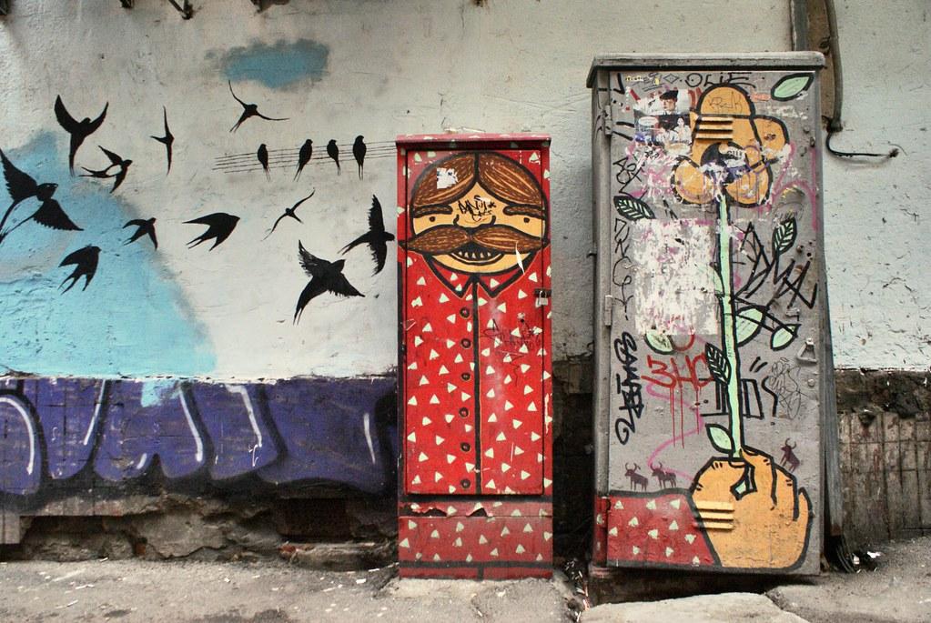 Street art fleuri dans une rue de Lviv en Ukraine.