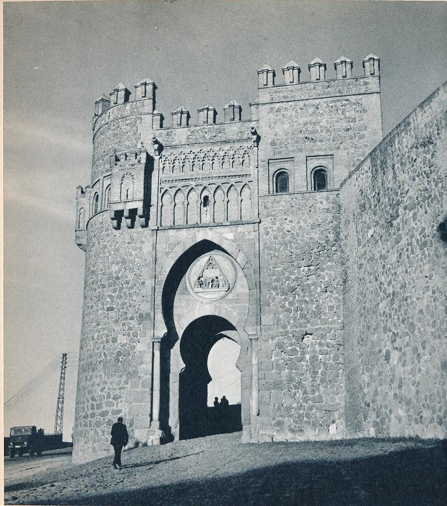 Puerta del Sol de Toledo en la primavera de 1955. Fotografía de Cas Oorthuys © Nederlands Fotomuseum, Rotterdam