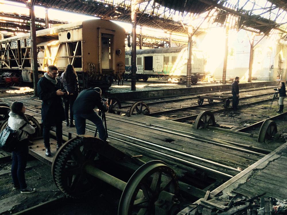 Varios miembros de Memória Ferroviária en las antiguas naves de reparación de locomotoras a vapor de Jundiaí (foto Juan M. Cano)