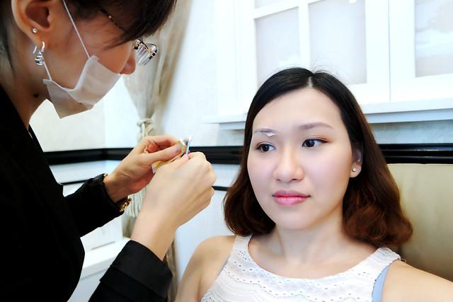 La Vida Brow Specialist: Applying Numbing Cream