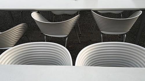 weisse st hle und tische rainer wahnwiz flickr. Black Bedroom Furniture Sets. Home Design Ideas