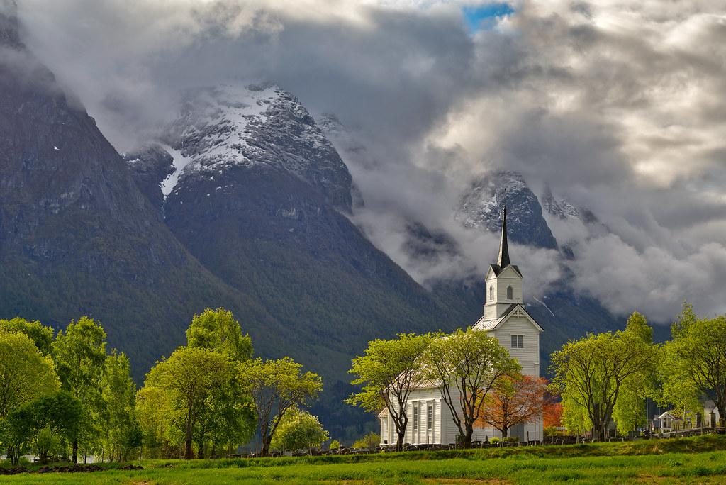 Oppstryn kirke