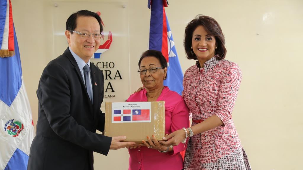 Resultado de imagen para primera dama dominicana recibe donativo de taiwan