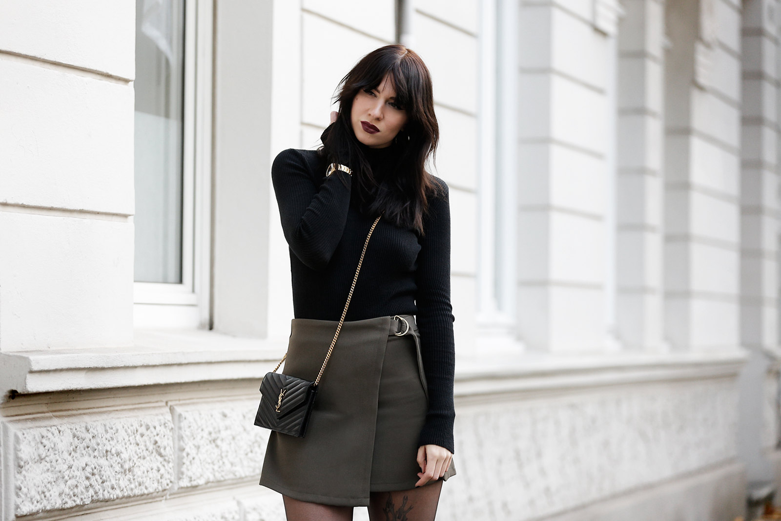 ootd outfit look magazine style mag fashion fashionblogger autumn gothic look black lips dark turtleneck golden watch ysl saint laurent paris bag mini skirt legs boots bangs brunette parisienne modeblogger düsseldorf berlin cats & dogs ricarda schernus 2