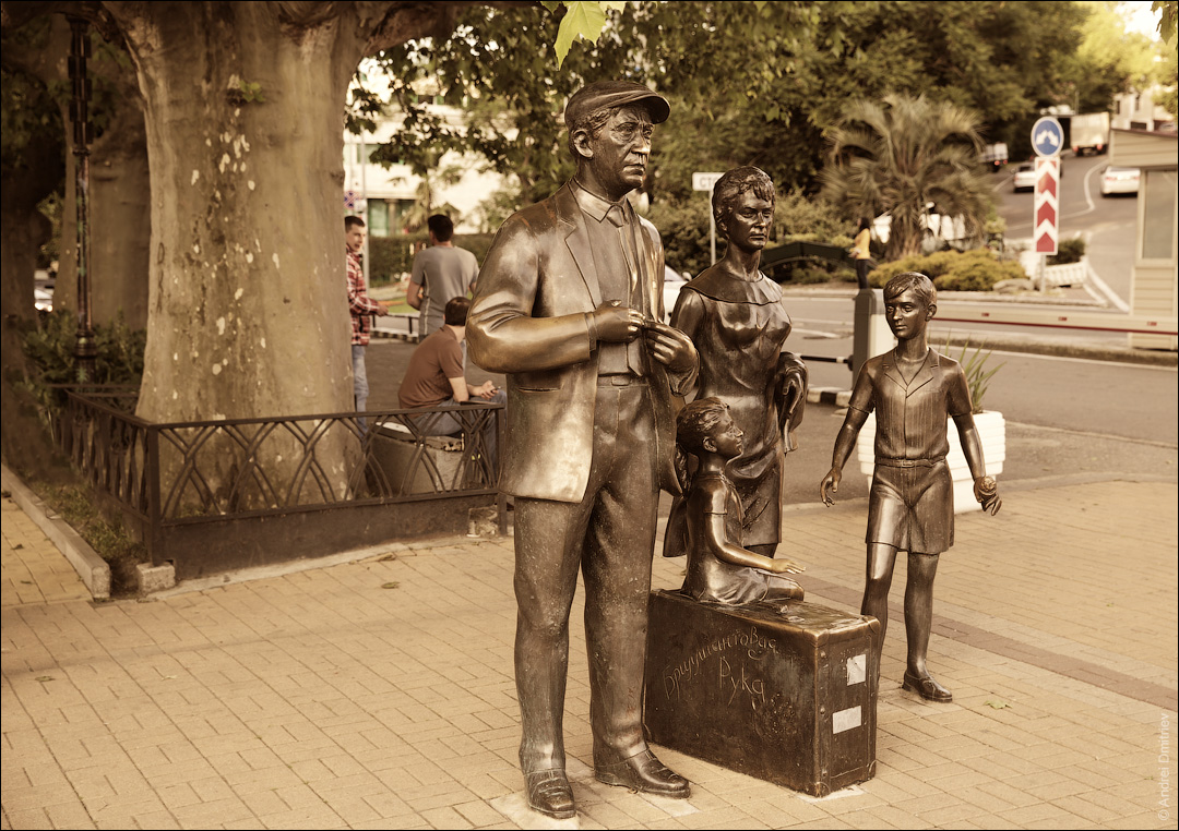 Памятник героям фильма Бриллиантовая рука
