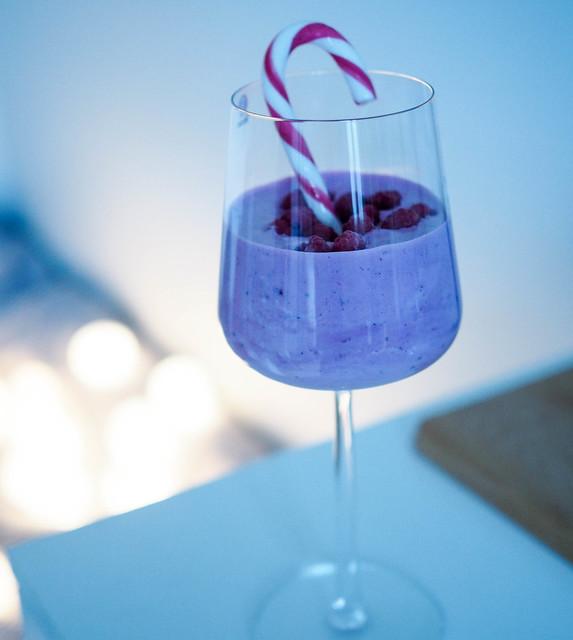 PC119350ChristmasBerrySmoothieCandycane.jpg,PC119339ChristmasCheer.jpg, christmas cheers, cheers its christmas, cheers for christmas, joulu, inspiration, inspo, christmas, juoma, drink, viinilasi, wine glass, candy cane, tikkukaramelli, berry smoothie, marja smoothie, jouluvalot, christmas lights, hopea koriste ananas, silver decor pineapple,