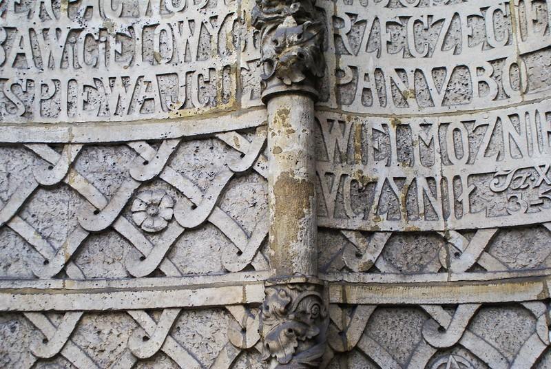 Sur la façade de l'église du Sacré coeur de Jésus à Cracovie.
