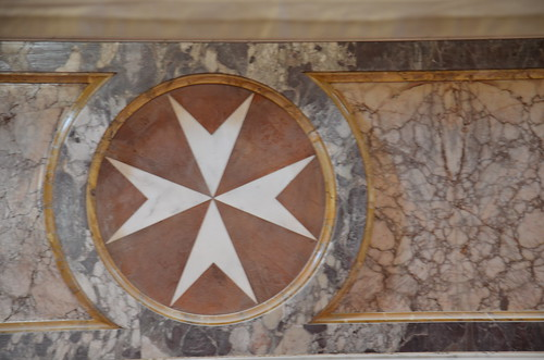 Malteserkreuz im Altar der Kirche