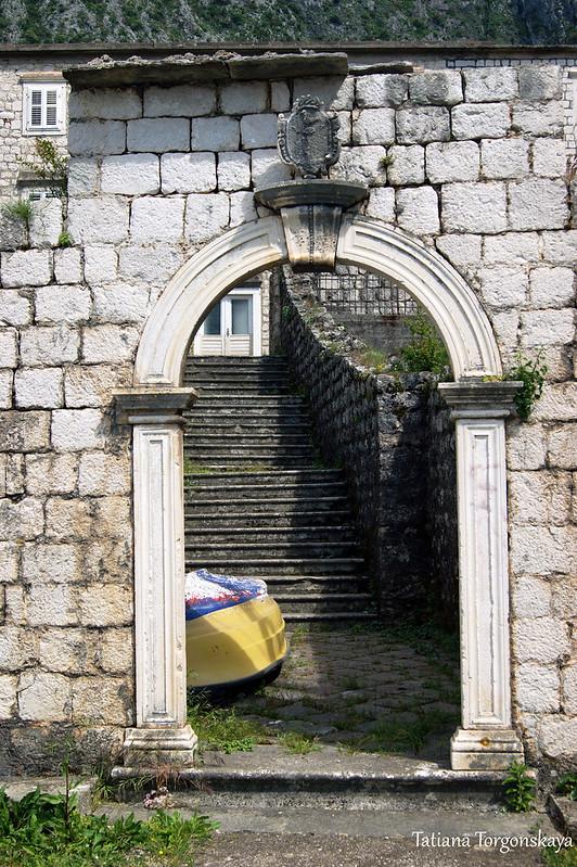 Ворота с гербом