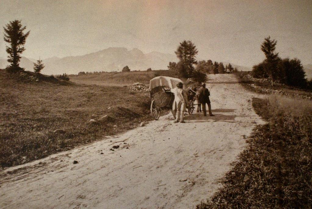 Sur la route entre Zakopane et Cracovie vers 1900.