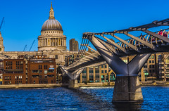 Мост Миллениум. London Millenium Footbridge London UK St Paul's Cathedral Churchyard
