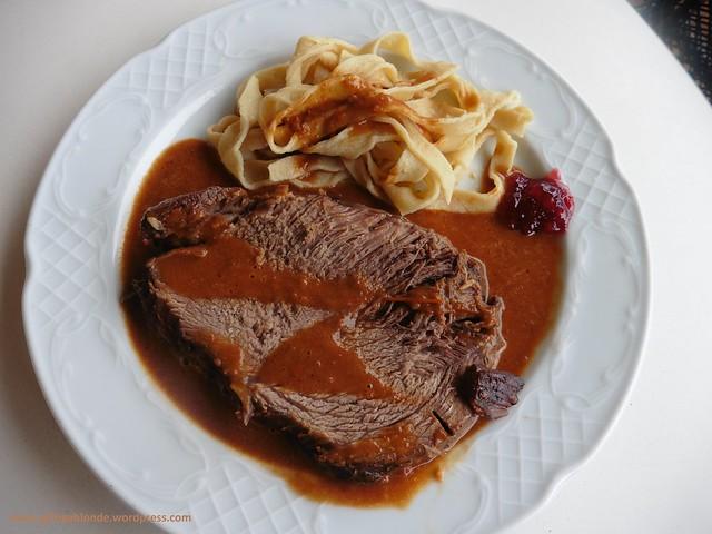 Rindsbraten mit Rotweinsauce mit hausgemachten Bandnudeln