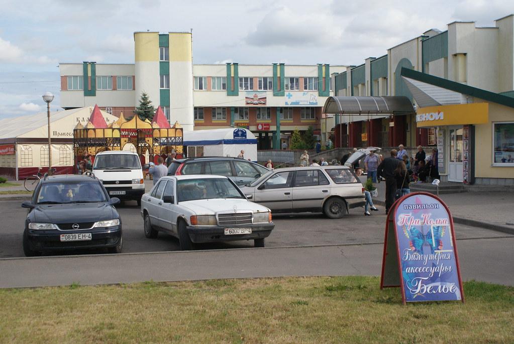 Devant un centre commercial à Lida en Biélorussie.