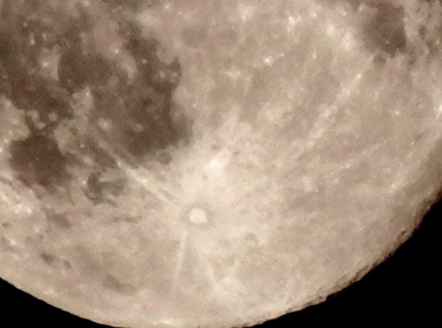 Otro cráter de la Luna