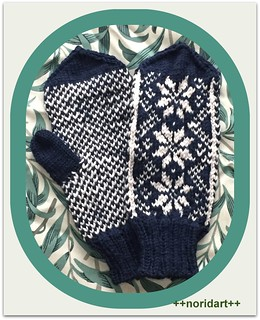 Mixed color knitting - mittens