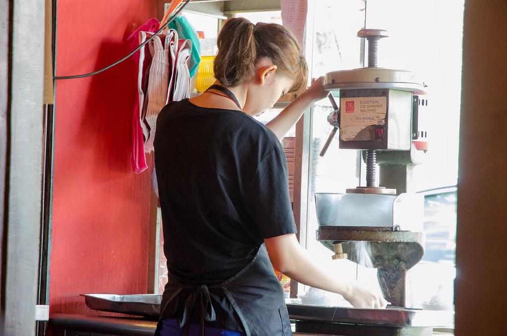 A girl preparing cendol.