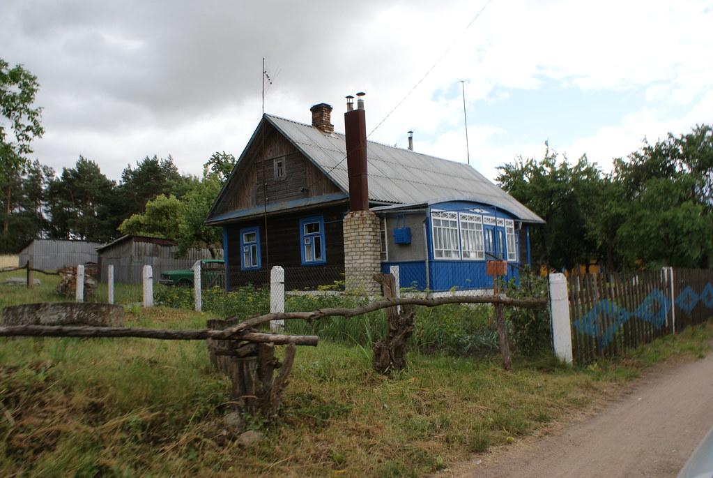 Une jolie maison en bois colorée à la campagne en Biélorussie.