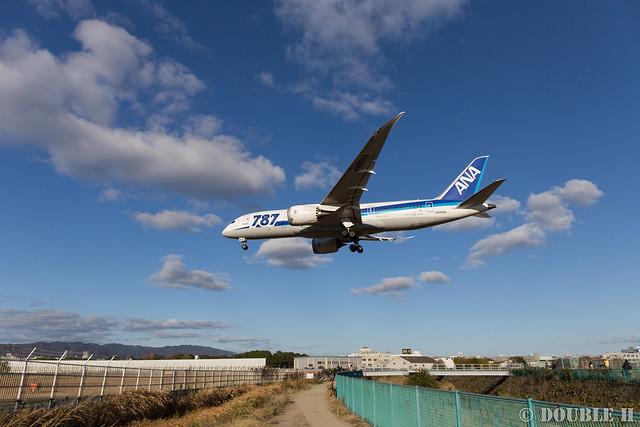 Itami Airport 2015.12.8 (10) JA809A / ANA's B787-8