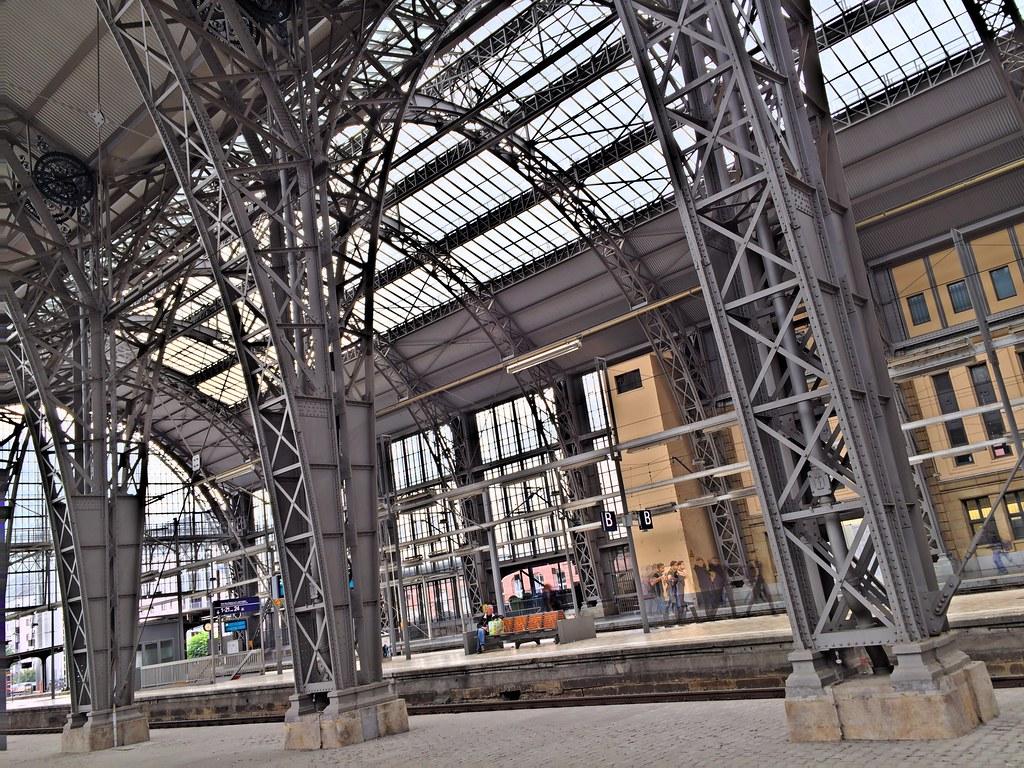 Arches over tracks, Frankfurt Hauptbahnhof