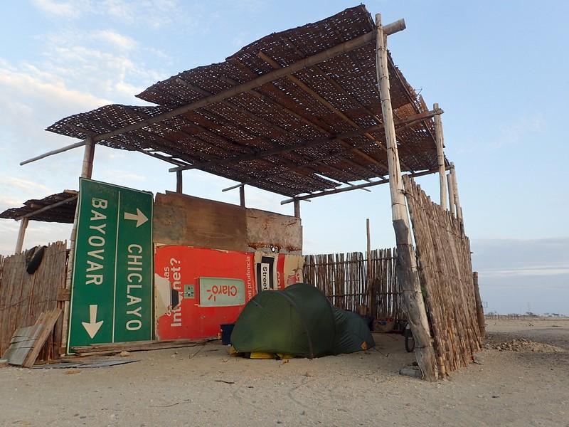 Acampando en un restaurante en medio del desierto.