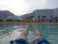 Dobberend in de Dode zee, uitzicht op de resorts van Ein Bokek