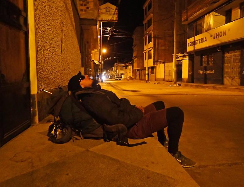 Tres de la mañana en Huaraz, esperando al taxi para ir a subir el Nevado Mateo (5.150m).