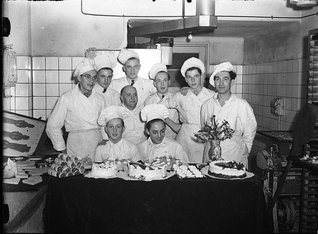 11-13-1947_03218 Banketbakkerij Lensen | Groepsportret van d… | Flickr