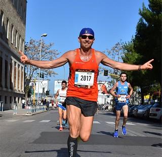 Valentini al traguardo della maratona di Bari