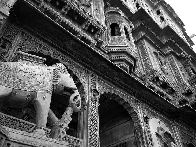 Impressive elephant statue of Nathmal Ki Haveli, Jaisalmer, India ジャイサルメール、ナトマル・キ・ハヴェリ