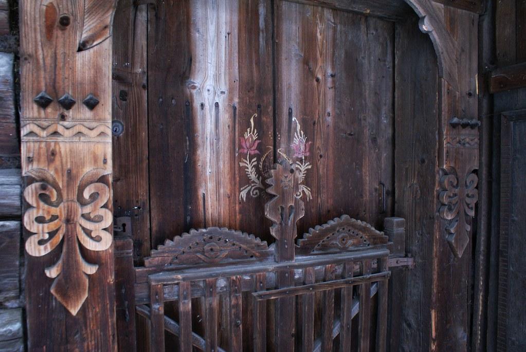 Détails de porte en bois sculptée.